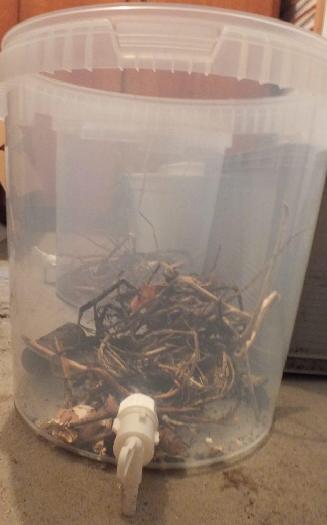 Pojemnik z kranem do kompostowania